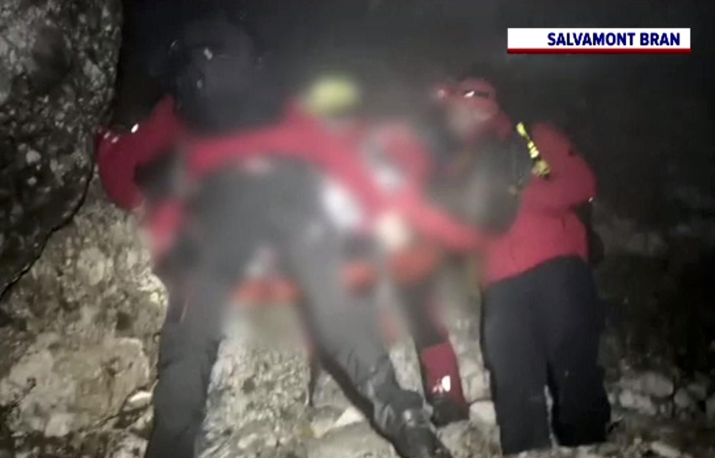 Un bărbat de 140 de kilograme a fost coborât cu greu de salvamontiști, de la 2.000 de metri. Căzuse într-o prăpastie