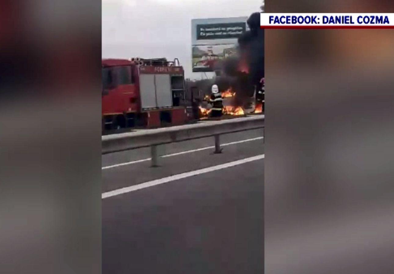 O dubă a ars pe Autostrada București-Pitești. Șoferul s-a salvat la timp