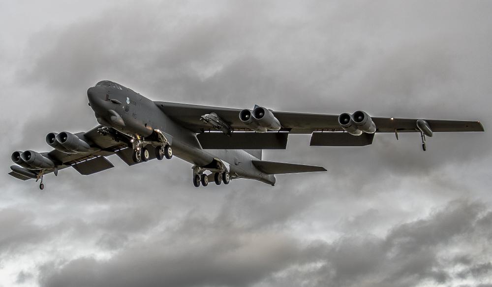 Bombardierul B52, prezentat în cel mai detaliat mod de până acum. Avionul funcționează încă cu Windows 95 |VIDEO