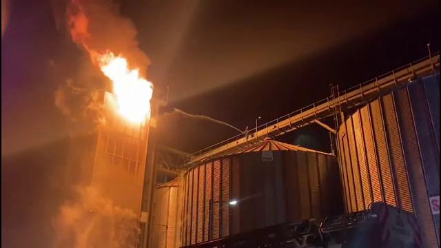 Incendiu devastator în județul Bacău. Un siloz de cereale a fost distrus de foc