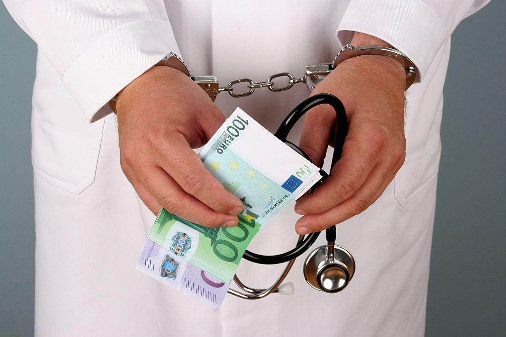 Statul scoate la vânzare șpaga primită de un doctor din Neamț: sute de pachete de cafea, țigări și sticle de băutură