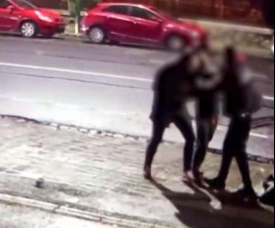 Vânzătorul dintr-un magazin alimentar, înjunghiat. Scena a fost surprinsă de camerele stradale din Brașov