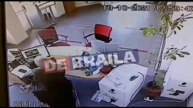 Bărbatul care a dat o spargere la o bancă din Brăila, căutat de polițiști. Ce sumă ar fi furat