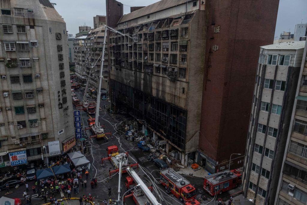 Incendiu de proporții într-o clădire din Taiwan. Au murit zeci de persoane