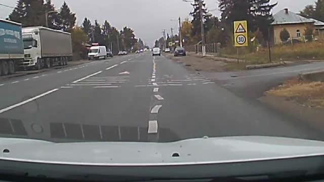 """Marcaje rutiere periculoase, trasate pe un drum european. """"Parcă ar fi tras de unul la băutură"""""""