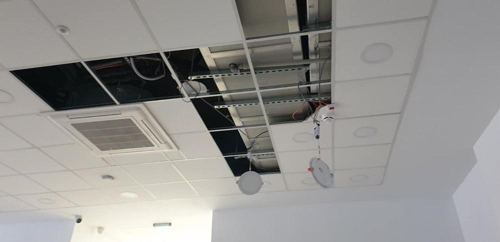 FOTO. Dezastru în spitalul din Lipova, care a fost inaugurat anul trecut. Apa s-a infiltrat în pereți