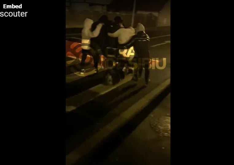Șase tineri pe un scuter, în orașul Sibiu. Motivul pentru care poliția nu le poate face nimic VIDEO