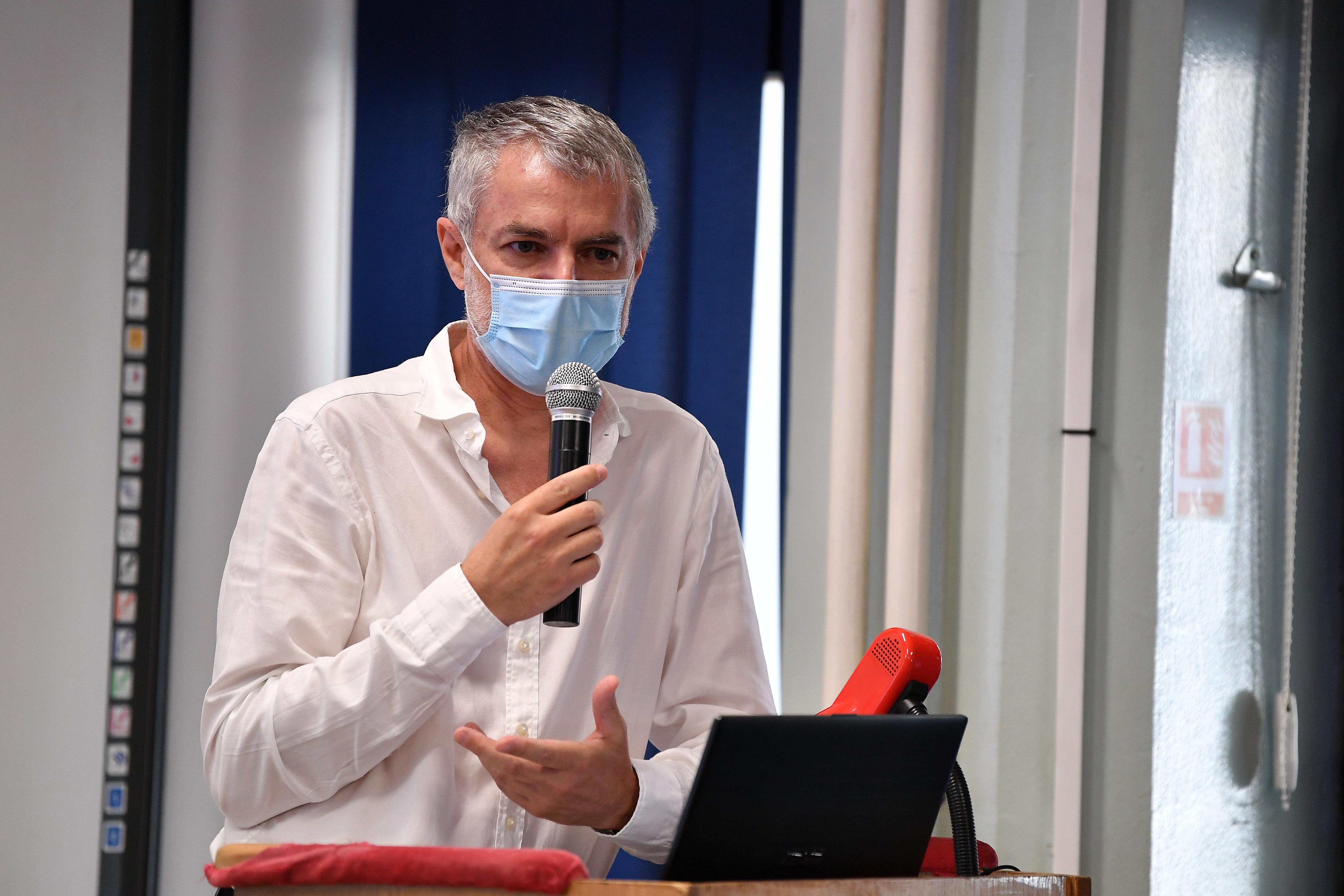 """Dr. Mihai Craiu: Vă rog, nu vă mai tratați, singuri, acasă, după rețete """"faimoase"""" care circulă pe net. Puteți să muriți!"""