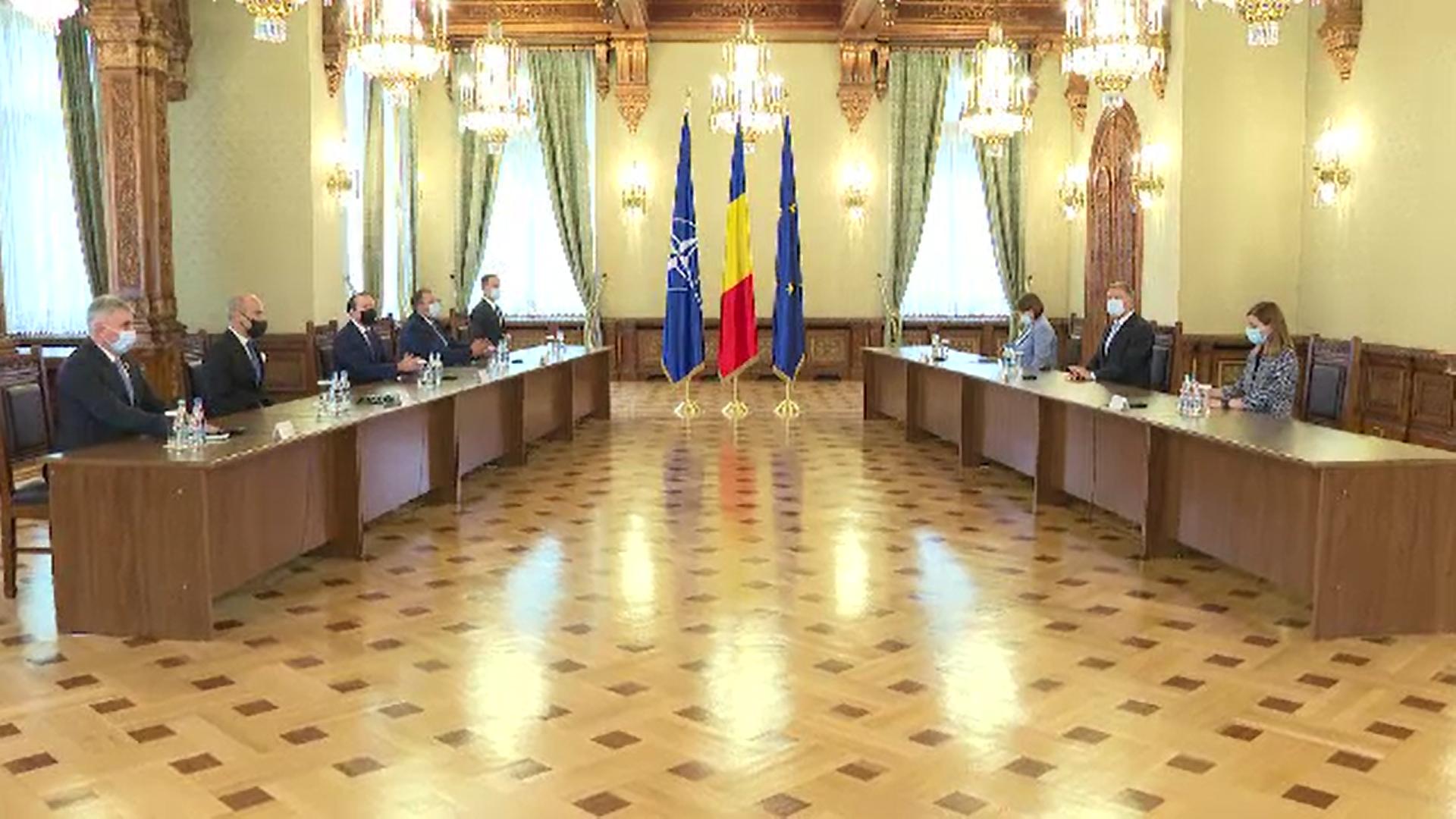 Tensiunile dintre USR și PNL rămân la cote înalte. Cioloș vrea să meargă în Parlament cu un guvern monocolor USR