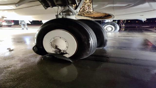 """Pneurile avionului de la Cluj ar fi explodat din cauza vitezei prea mari la aterizare. Pasager: """"A fost odată un poc"""""""