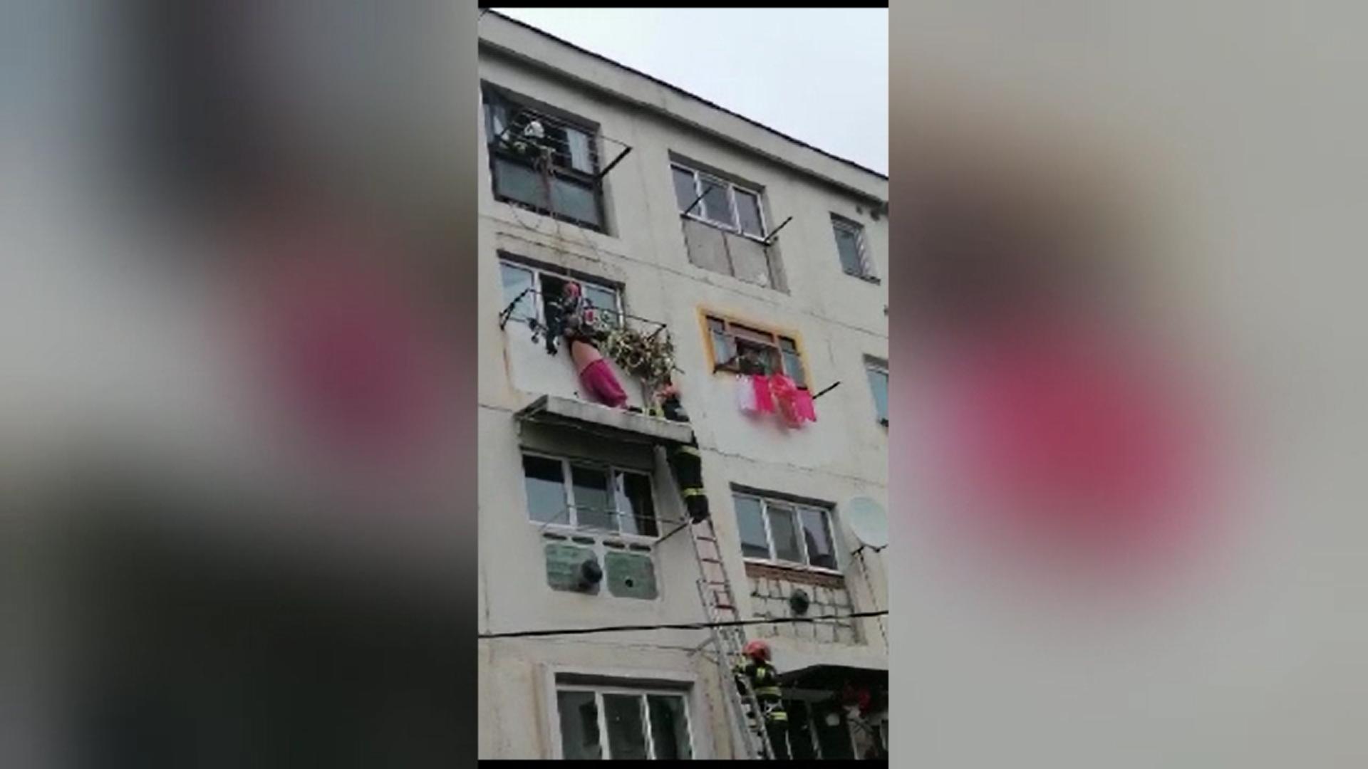 Un bărbat din Gorj a căzut de la etajul patru a unui bloc și a supraviețuit după ce s-a oprit în copertina unui vecin