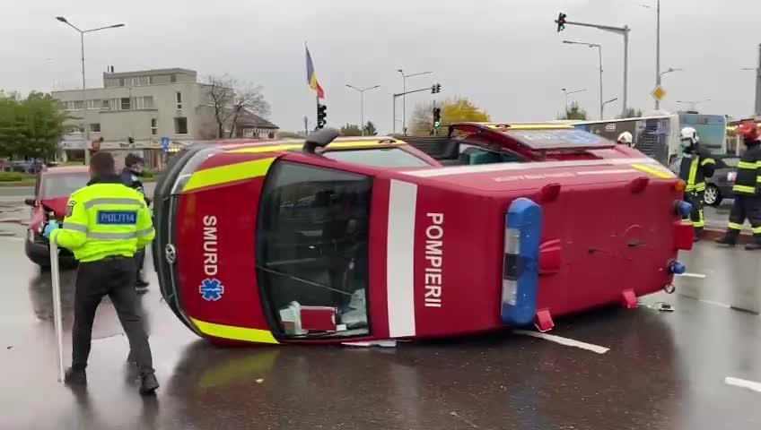 VIDEO. Accident puternic în București. O ambulanță aflată în misiune a fost lovită de o mașină