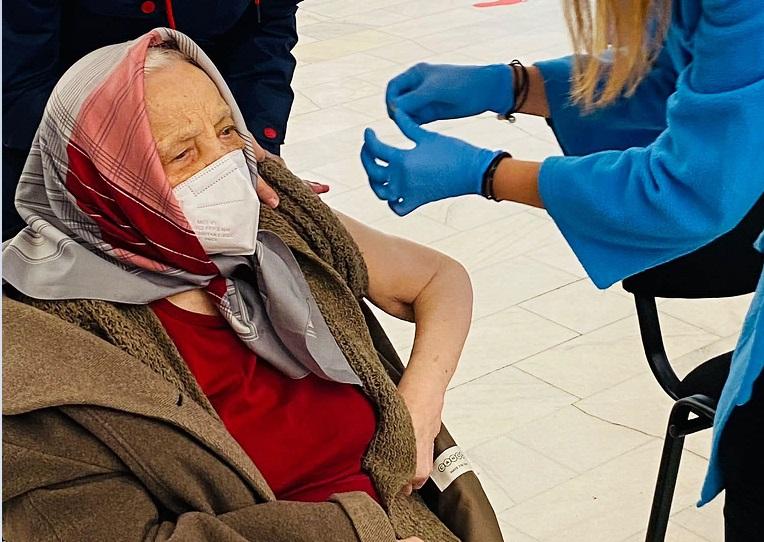 O femeie de 105 ani a mers să se vaccineze cu doza 3: