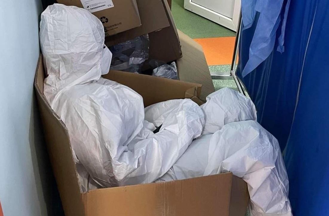 Imagine emoționantă din spital. O asistentă medicală epuizată a fost fotografiată în timp ce se odihnea într-o cutie