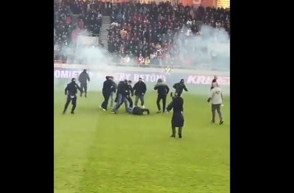 Violențe la meciul Spartak Trnava - Slovan Bratislava. Jocul a fost oprit din cauza suporterilor. VIDEO