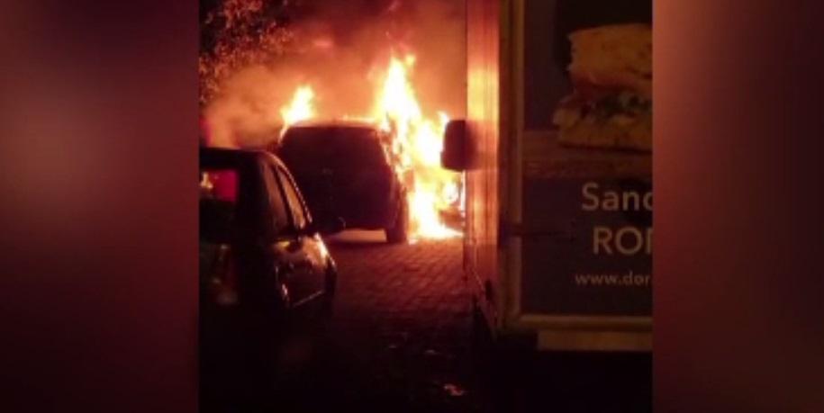 O mașină a ars precum o torță într-o parcare din Oradea. Focul ar fi fost pus intenționat