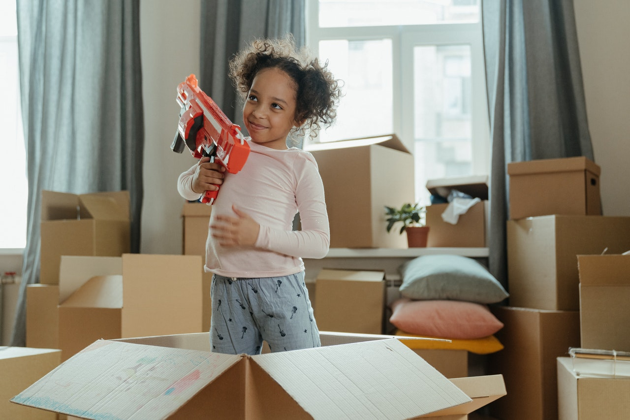 (P) De ce iubesc copiii armele de jucărie? Ar trebui să ne îngrijoreze asta?