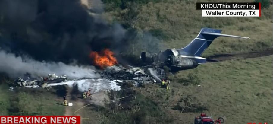 Un avion cu 21 de persoane la bord s-a prăbuşit în Texas. Toţi pasagerii şi echipajul sunt în viaţă VIDEO
