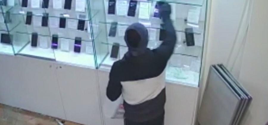 Un hoț din Satu Mare, care a jefuit un magazin de telefoane mobile, a fost prins la mai bine de un an de la comiterea faptei