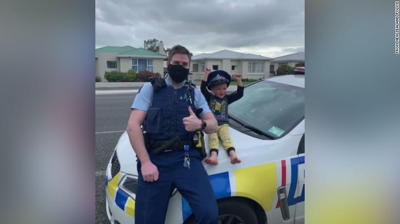 Un copil de patru ani a chemat un polițist acasă pentru a-i arăta jucăriile. Reacția ofițerului a fost complet neașteptată
