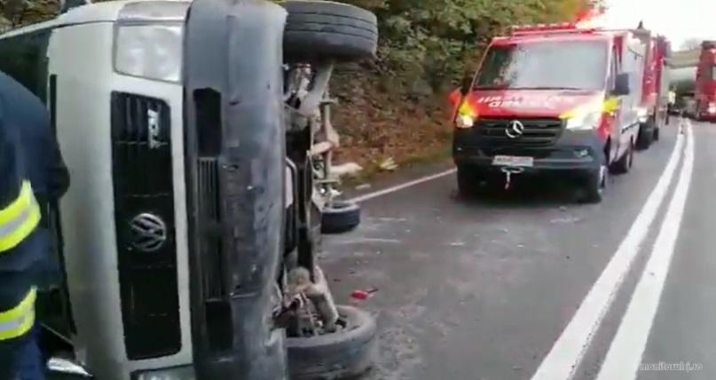 Un microbuz s-a răsturnat în Cluj. Mai mulți oameni au fost răniți. VIDEO