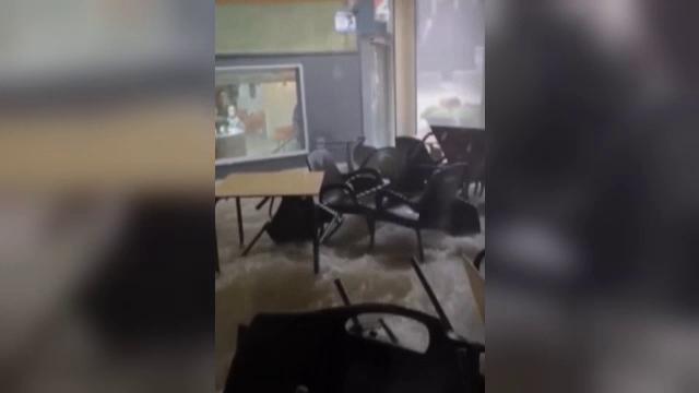 Puhoaie de apă au inundat clădirile în regiunea Alicante din estul Spaniei. Zeci de mașini, luate pe sus
