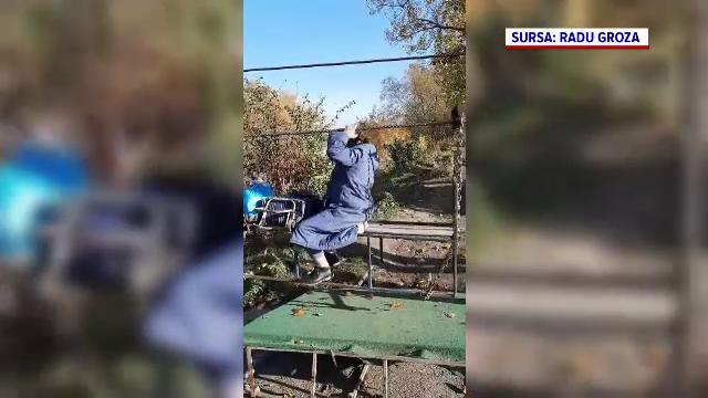 Imagini incredibile cu o bătrână, virale pe internet. A fost filmată în timp ce traversa un râu cu o tiroliană
