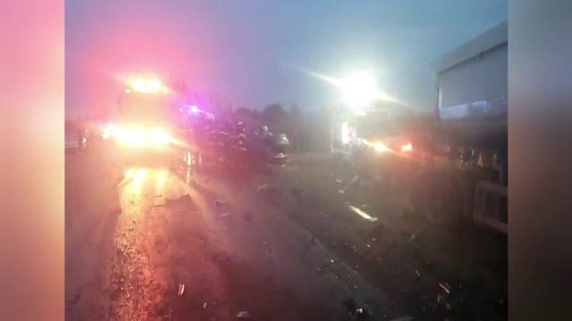 Trei oameni au murit într-un teribil accident în Dâmbovița. Mașina a fost făcută praf de un camion