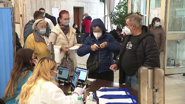 """Medicii așteaptă să moară un pacient cu Covid-19 ca să poată interna altul. Românii se vaccinează: """"Mi-e frică că mor, na!"""""""