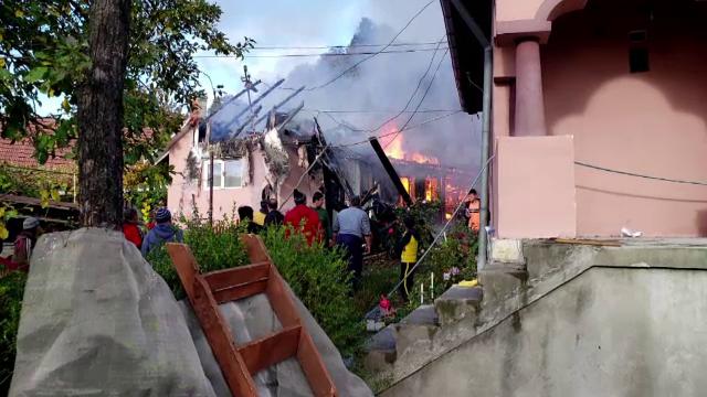 O familie din Bacău a rămas pe drumuri în prag de iarnă, după ce un incendiu le-a făcut scrum casa