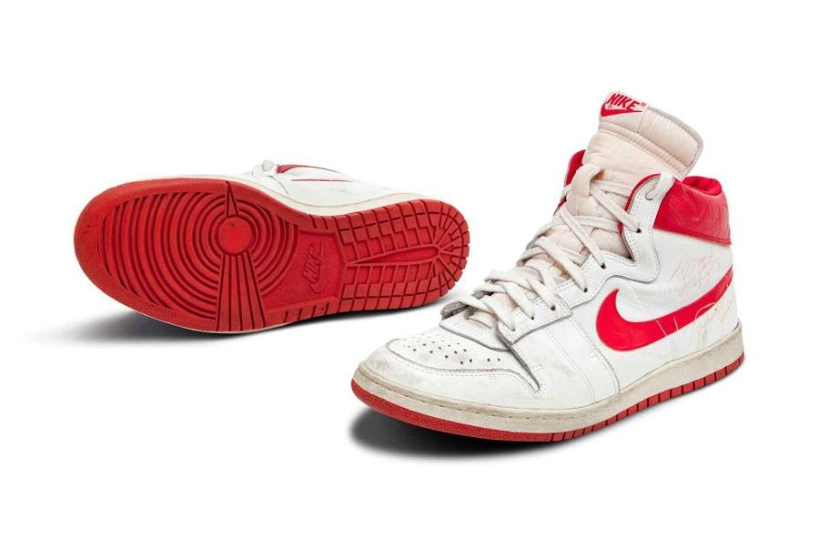 Încălțăminte sport purtată de Michael Jordan la Chicago Bulls, vândută cu aproape 1,5 milioane de dolari