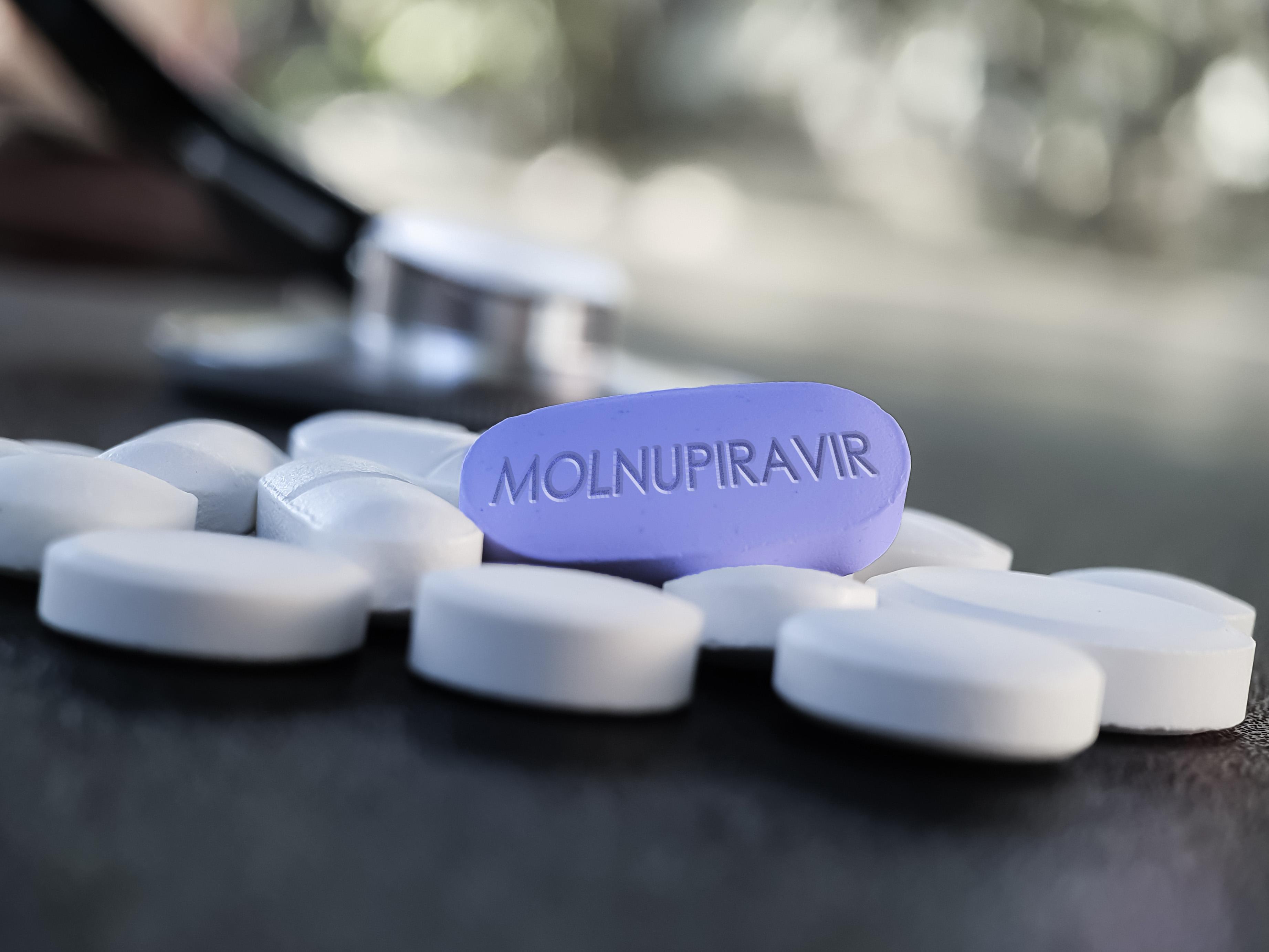 Molnupiravir, evaluat în procedură accelerată pentru Europa. Ar reduce la jumătate spitalizarea și decesele cauzate de Covid