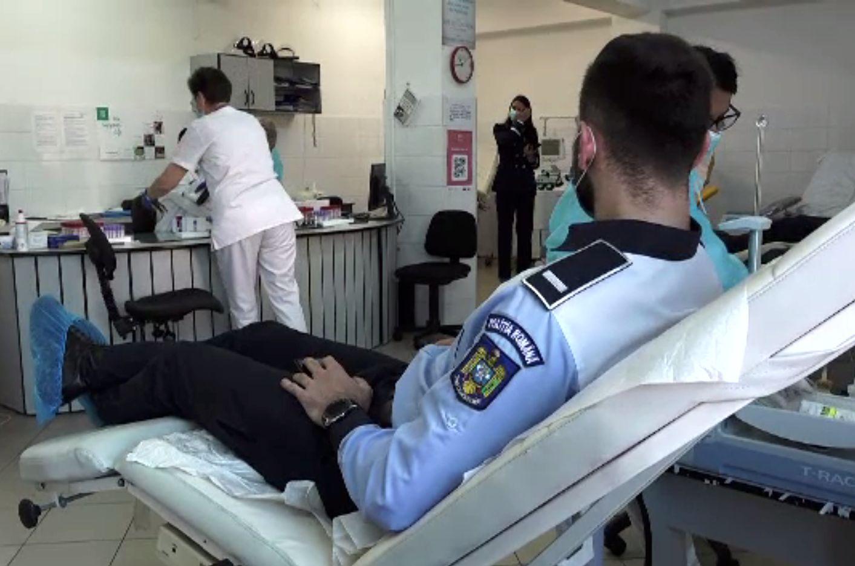 Polițiștii au donat sânge și plasmă pentru a ajuta bolnavii în nevoie. Fiecare doză poate salva trei vieți