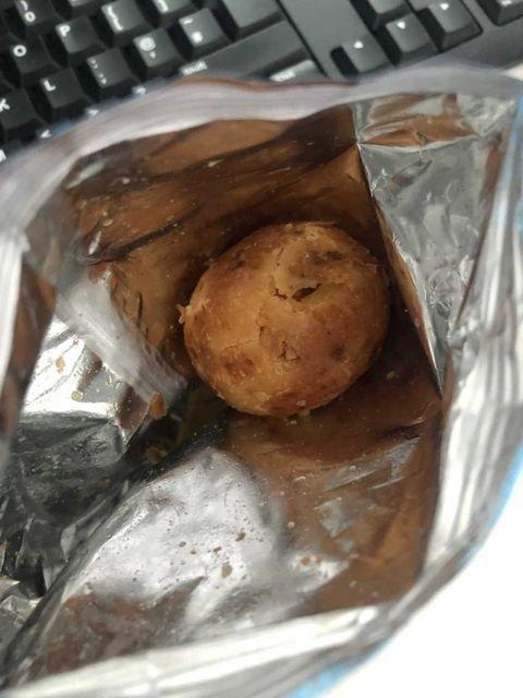 FOTO. O femeie a găsit un cartof întreg în punga de chipsuri