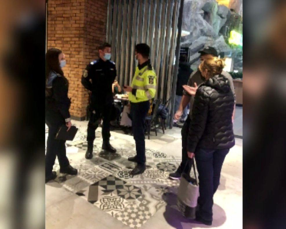 Razie la mall-uri, luni seară. Polițiștii au verificat certificatele verzi și au dat amenzi