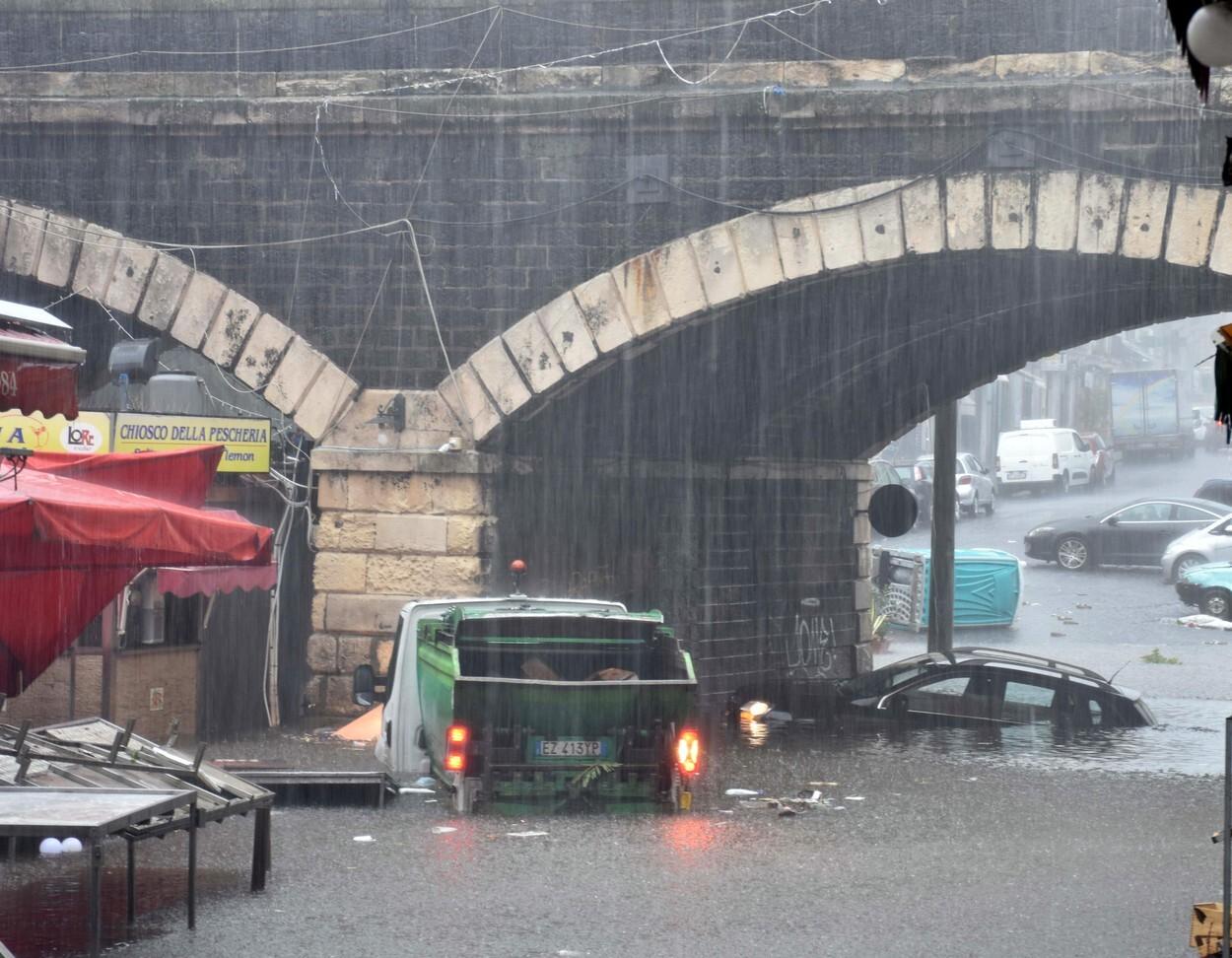 O furtună ciclonică a transformat pieţele unui oraş din sudul Italiei în lacuri. GALERIE FOTO