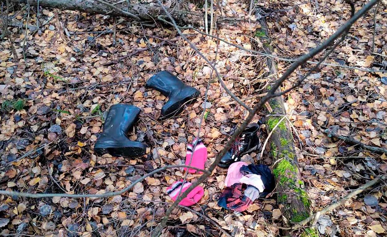 O fetiță de 10 ani a fost găsită într-o pădure, lângă mama ei moartă. Copila a fost la un pas de a-și pierde viața