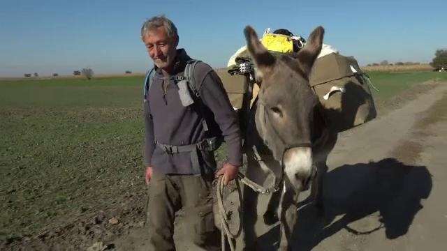 Un neamț a plecat spre China pe jos, însoțit de măgărușul său. Traversează jumătate de lume și ajunge și pe la noi
