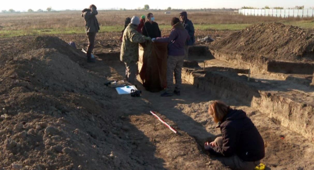 Descoperire bizară în Buzău. Rămășițe umane din epoci diferite, găsite în aceeași groapă