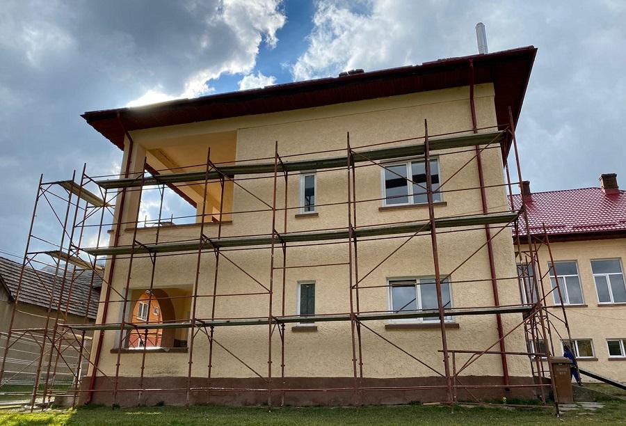 Renovarea școlii din Lădăuți cu ajutorul celor care folosesc serviciul