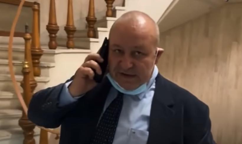 """VIDEO. Liderul senatorilor PNL, prins când fuma ilegal în Parlament de George Simion: """"Ești un jeg"""""""