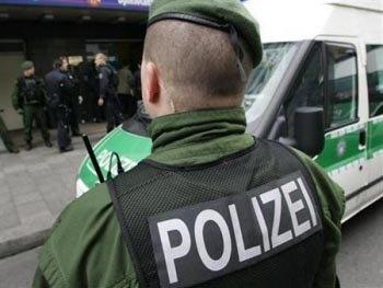 SOCANT! Un politist german loveste cu piciorul in cap un manifestant