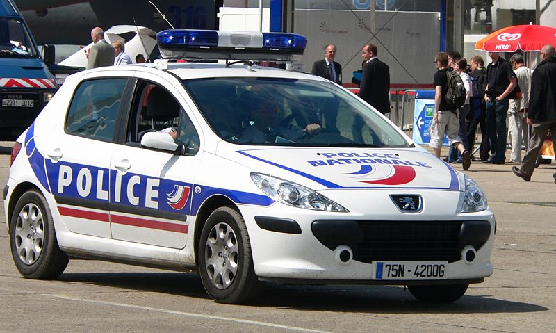 Gestul inexplicabil al unui roman arestat in Franta. A incercat sa muste un politist de partile genitale