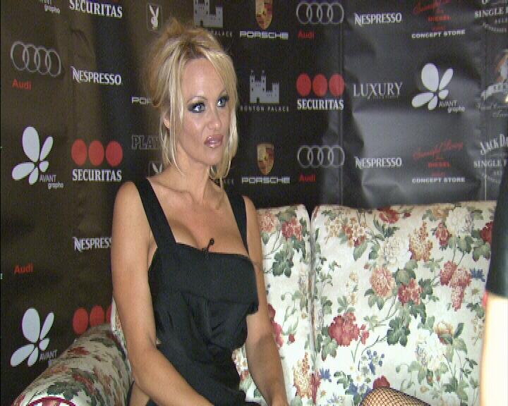Pamela Anderson, bomba sexy, e luni la Happy Hour