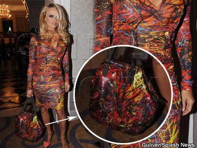 Pamela Anderson lanseaza trenduri. Rochia si geanta cu acelasi imprimeu