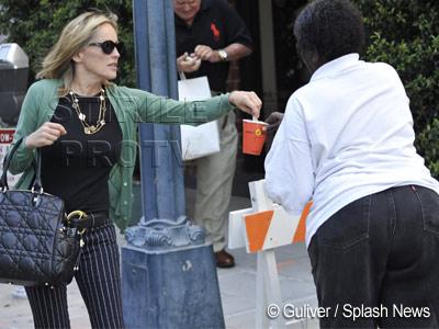 Mila de vedeta! Sharon Stone ii da cinci dolari unei cersetoare