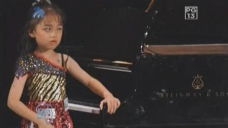 Are 8 ani, este oarba si reproduce perfect la pian ariile lui Mozart si Ceaikovski. VIDEO
