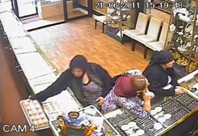 Tactica unor tiganci din Romania de a fura bijuterii in Anglia. Paguba de 62.000 de lire. VIDEO