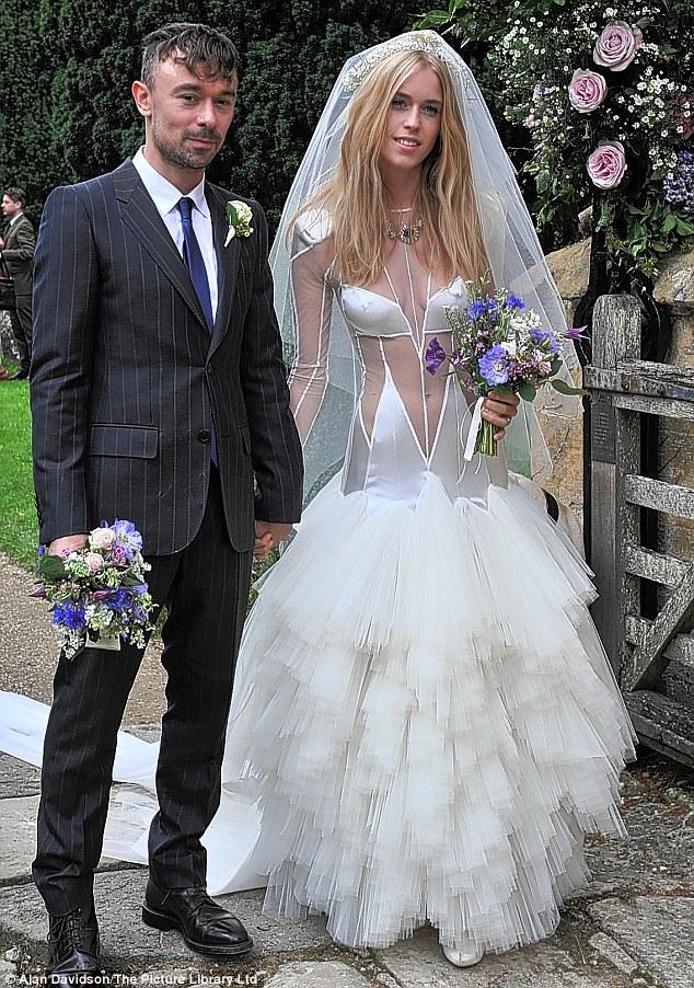 Rochia acestei mirese a fost creata de designerul care o imbraca pe Lady Gaga. Cum a aparut la altar