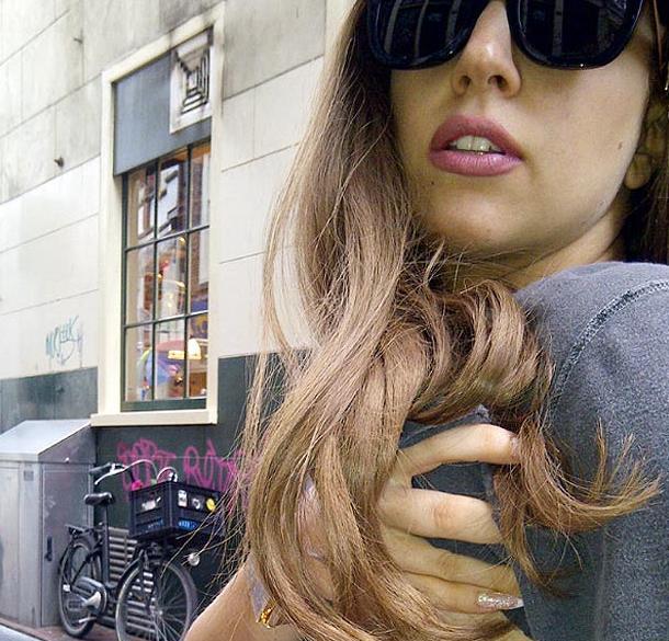 Lady Gaga socheaza din nou. S-a dezbracat in plina strada si le-a aratat fanilor ce nu au mai vazut